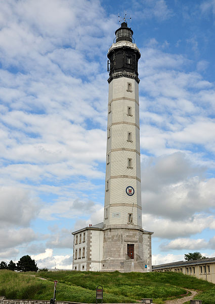 Phare de Calais By Nilfanion CC BY-SA 4.0 via Wikimedia Commons