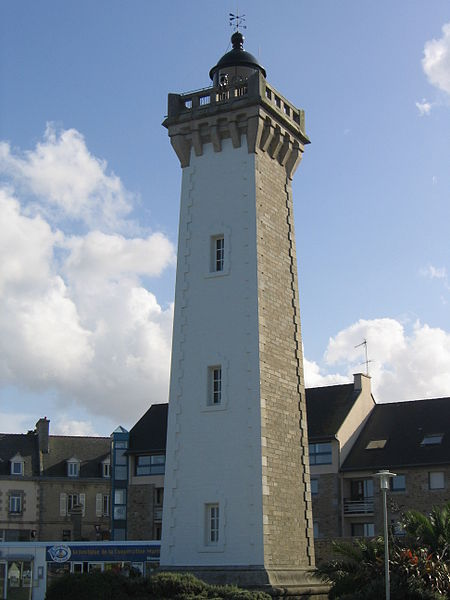 Phare de Roscoff By Thesupermat CC BY-SA 2.5-2.0-1.0 via Wikimedia Commons