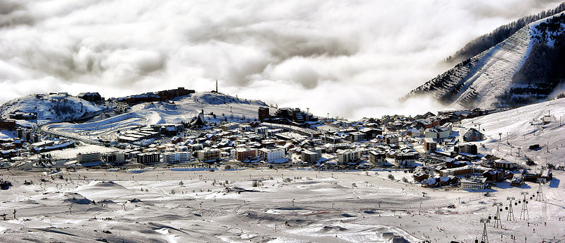 Alpe d'Huez By Gilles Perréal (Own work) CC BY-SA 3.0 via Wikimedia Commons