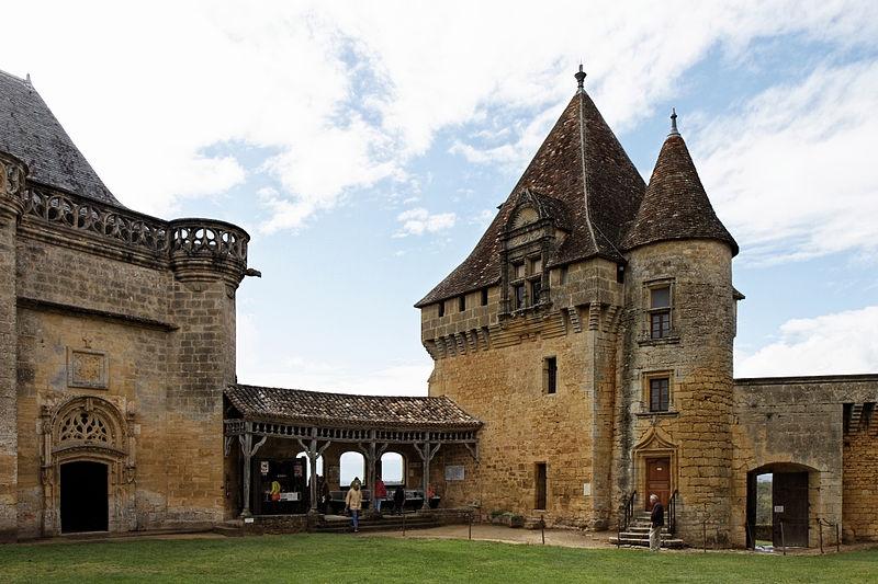 Le Château de Biron By Thesupermat CC BY-SA 3.0  via Wikimedia Commons