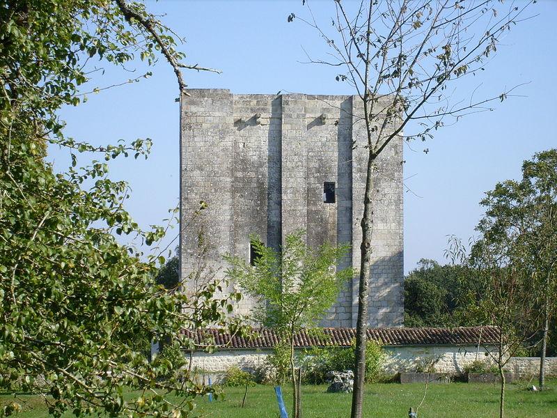 Tour de l'Isleau By Cobber17 CC BY-SA 3.0 via Wikimedia Commons