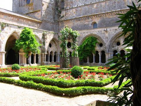 Cloitre abbaye de Fontfroide christ Martin Public domain via Wikimedia Commons