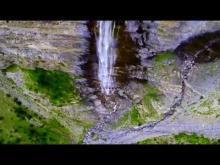 Cascade de la Pisse, proche du village Chateauroux-Les-Alpes en Vidéo