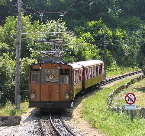 Le Petit Train de la Rhune By --Superbass via Wikimedia Commons