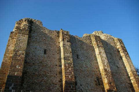 Donjon de Sainte-Suzanne By stesuz via Wikimedia Commons