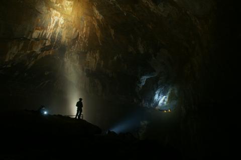 grotte de la Verna, les deux petits point jaunes sont des autres spéléologues!