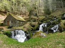 Le moulin de Chambeuil et ses cascades By Cantalissime CC BY-SA 3.0 via Wikimedia Commons